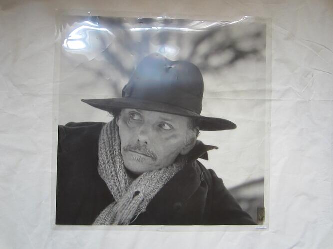 L'enfant penchée - Portrait de Martin Vaughn-James et mains jointes© François Schuiten, 2000