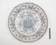 Plat en faïence de Delft au décor de tiges fleuries dans un médaillon<br>