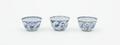 Ensemble de trois pochons en porcelaine de Chine au décor de fleurs<br>