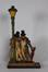 Statuette de deux personnages ivres se tenant à un lampadaire <br>