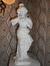Statuette de jeune femme sur pied