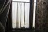 Voilage du bas de la fenêtre (gauche)© Maison Autrique