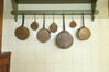 Kast met 7 pannen (scenografie)© Autrique Huis