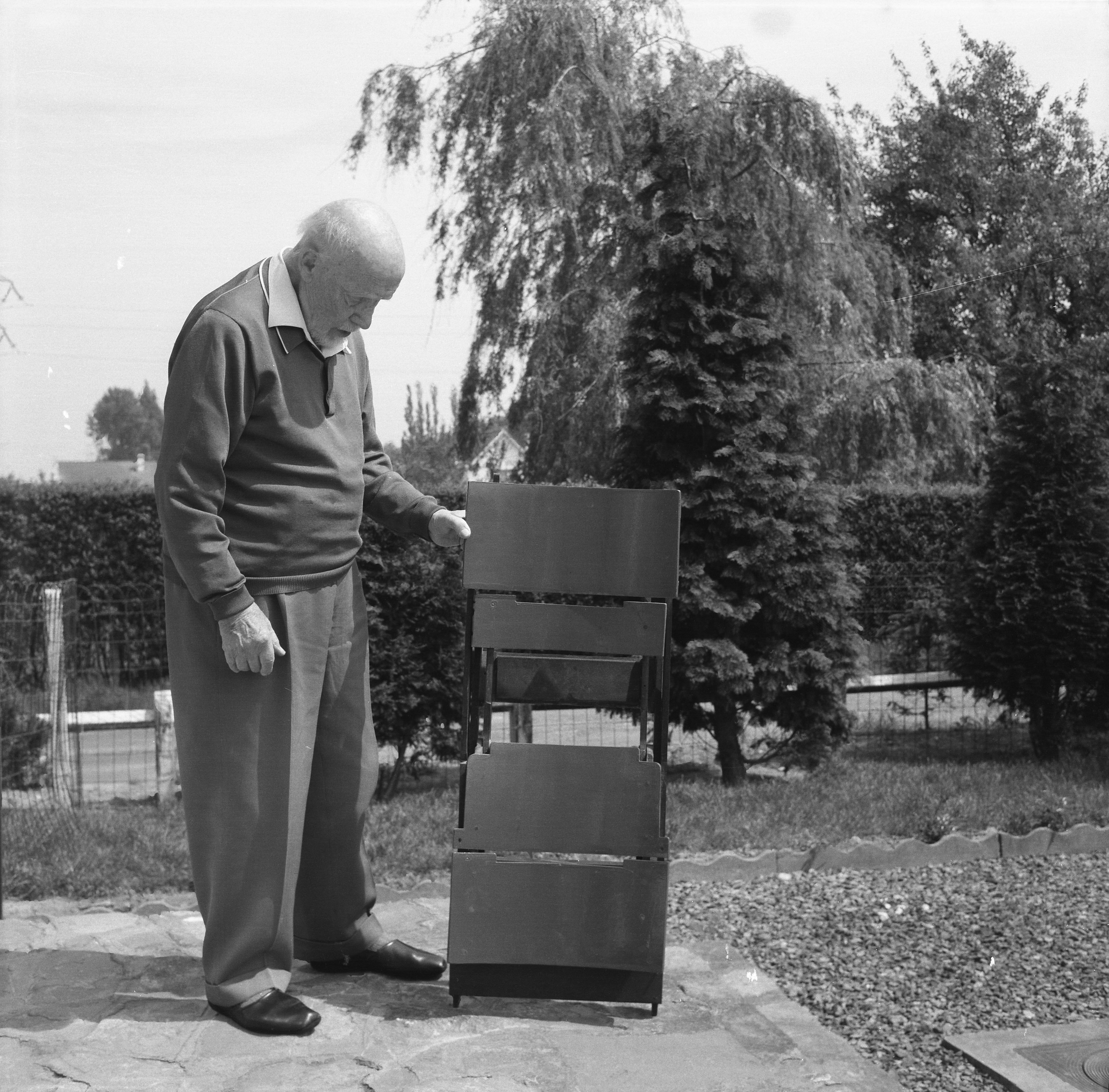 Photographie d'Antoine Pompe avec son prototype de chaise pliante© CIVA, Brussels , ca.1945