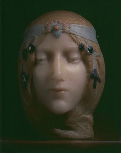 Masque de Cléo de Mérode (blonde)© B. Piazza. Région Bruxelles-Capitale, dation d'Anne-Marie et Roland Gillion Crowet, 2006. En dépôt aux MRBAB, 2010