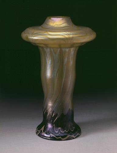Vase irisé évasé© B. Piazza. Région Bruxelles-Capitale, dation d'Anne-Marie et Roland Gillion Crowet, 2006. En dépôt aux MRBAB, 2010