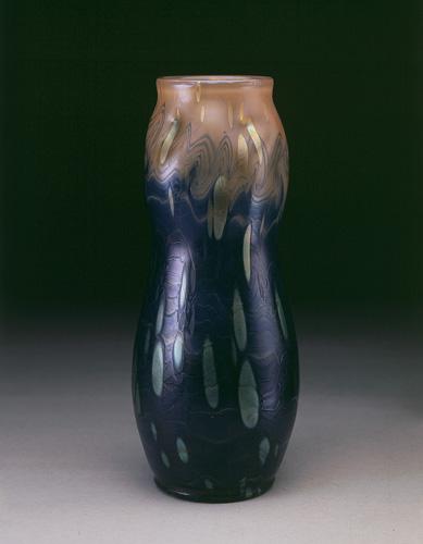 Vase bleu et orange© B. Piazza. Région Bruxelles-Capitale, dation d'Anne-Marie et Roland Gillion Crowet, 2006. En dépôt aux MRBAB, 2010