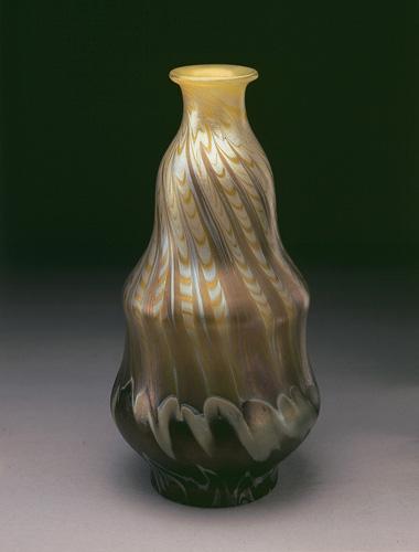 Vase irisé or pied brun© B. Piazza. Région Bruxelles-Capitale, dation d'Anne-Marie et Roland Gillion Crowet, 2006. En dépôt aux MRBAB, 2010